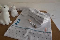 ensemble baby nomade : un attache tétine + un tapis à langer + un sac à tout dans des tons assortis