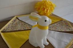 guirlande de fanions - tons jaunes - pompon en papier de soie coordonnée