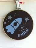 motif fusée - toile chocolat - écriture bleu et argent