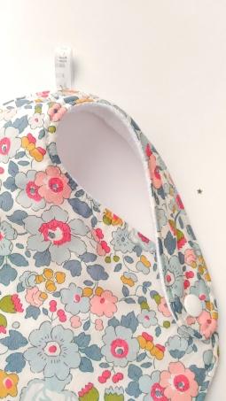 bavoir à pression en tissu et éponge nid d'abeille - ici tissu collection Liberty (supplément 4€).