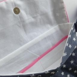 modèle en toile enduite : vue de l'intérieur avec le fermoir aimanté et les poches