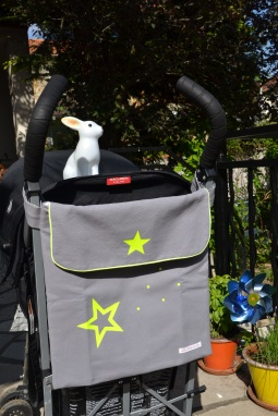 modèle en toile épaisse : personnalisation jaune fluo - attaché sur une poussette canne