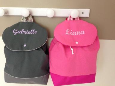 sac à dos personnalisé : toile grise - tissu fleuri et toile rose - tissu graphique