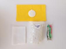 le contenu du kit : 1 coupon de tissu, 1 coupon de polaire, 1 bruitage couinement, 1 petit grelot, 3 rubans, du rembourrage, 1 fiche explicative