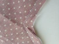 """Pour les angles obtus (les angles """"rentrant""""), il faut désépaissir l'angle en coupant un peu de tissu de chaque côté de l'angle, SANS couper la couture bien sur."""