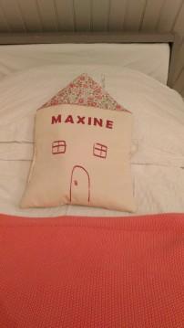Le range pyjama posé sur le lit, bel élément décoratif dans la chambre.